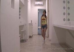 Novinha fudendo no banheiro e fazendo um anal