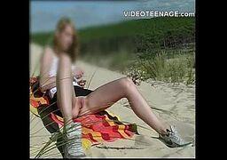 Novinha se masturbando na praia na frente da câmera