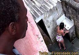 Porno brasileiro morena muito gata mamando o pinto do tio da comunidade