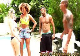 Porno hd gostosa dando em varias posições pros marmanjos na beira da piscina