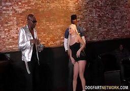 Video de sexo com novinha loirinha bem safadinha fodendo pra cacete e tomando uma chuva de rola de negões bem dotados