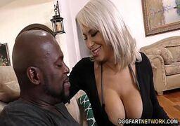 Videos de sexo com negão passando a rola na loira dos peitos grandes