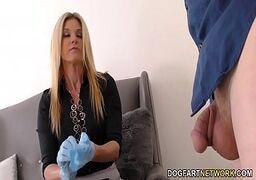 Videos de sexo coroa safada fodendo com o entregador jovem e tarado