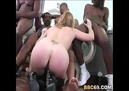 Xvideio loira recebendo rolas enormes de varios negrões pintudos que fodem ela com vontade
