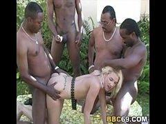 Xvido porno com a loirinha fazendo uma boa orgia de sexo selvagem e inter-racial com uma galera de negões bem dotados