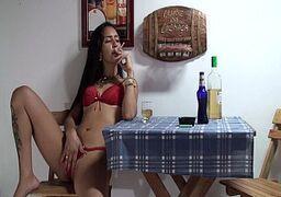 ixxx Putinha morena sentando no consolo de borracha enquanto bebe no bar