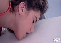 Brazzers xvideos com a novinha flexível coçando com força a sua xoxota dentro de uma enfermaria