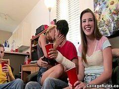 Filme de sexo em grupo com um monte de novinhas bem sem vergonhas mesmo que adoram trepar no meio da sala