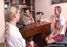 Mulher peituda se mostrando na webcam com a irmã enquanto quicam no pinto do macho