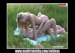 Novinha fudendo com tudo no meio do mato com outra novinha em um sexo bem gostoso de duas loirinhas lindas e lésbicas