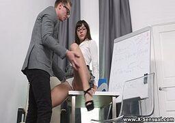 Pornohub com uma magrinha bem sem vergonha dando bem gostoso no escritório para um cara bem bombado