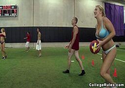 Sexo a três no meio de uma quadro de futebol com duas lindas novinhas loiras e um cara sortudo