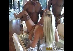 Sexo videos porno grátis com uma loira boa pra caralho e toda cavalona de perninhas arreganhadas em cima de uma mesa de vidro