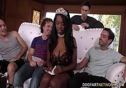 Negra gulosa fazendo boquete pro namorado e com os amigos dele com tesão