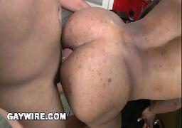 Sexo gay dormindo e ganhando gozadas na boquinha