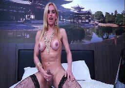 Sexo travesti brasileira se masturbando peladinha em filme porno