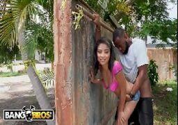 Casada safadinha dando uma rapidinha com vizinho