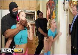 Negro abusando de uma loirinha casada ao lado do corno