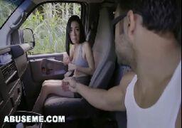 Comendo novinha delicada dentro do carro