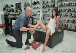 Monica asis fazendo sexo na loja de sapatos