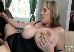 Videos de sexo HD com peituda depravada dando a bucetona