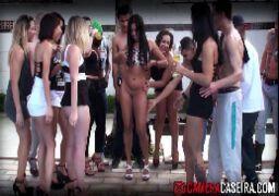 Mulheres bonitas nuas fazendo orgias ao ar livre