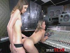 Sexo com a prima gostosa em um estudio de gravação