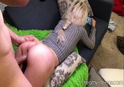 Amador porno com essa loirinha deliciosa transando no sofá de casa