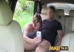 Porno brutal com essa safada gostosa dando forte  a sua xoxota de quatro