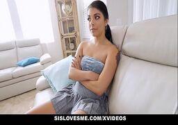 Sampa porno morena tatuada da xana cabeluda dando encima do sofá