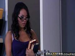 Sambapornor cadela de óculos fazendo sexo com o diretor