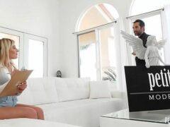 Pornoxxx loira deliciosa transando no sofá de casa com o amigo sacana