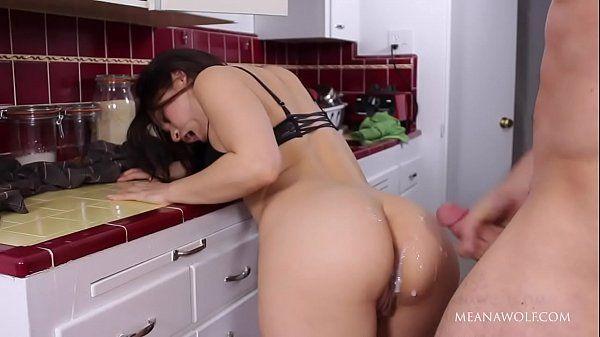 Mulher pelada gozando na rola do canalha dentro da cozinha