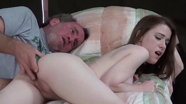 Sexo total com essa branquinha de 18 anos trepando com o titio