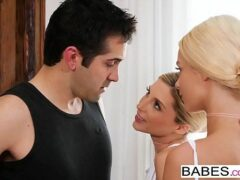 Novinha nua cadelas lindas fazendo um delicioso sexo a três