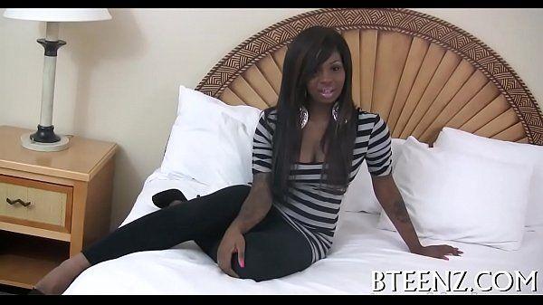 Sexo livre com essa negra linda viciada em ser arrombada