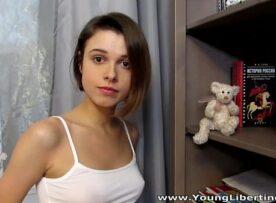 Novinha video com tesão soltando a bucetinha linda