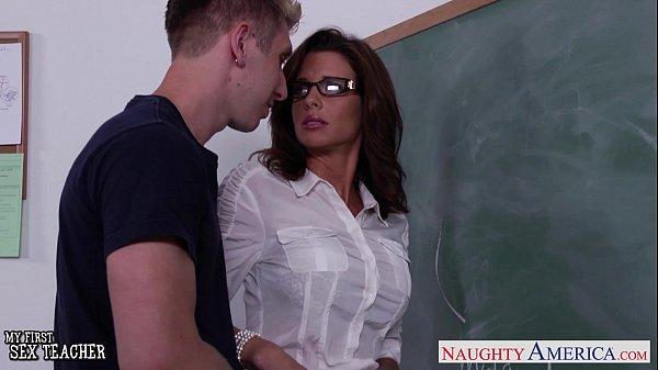 Estudante safado comeu a professora madura