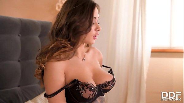 Novinha se masturbando com consolo